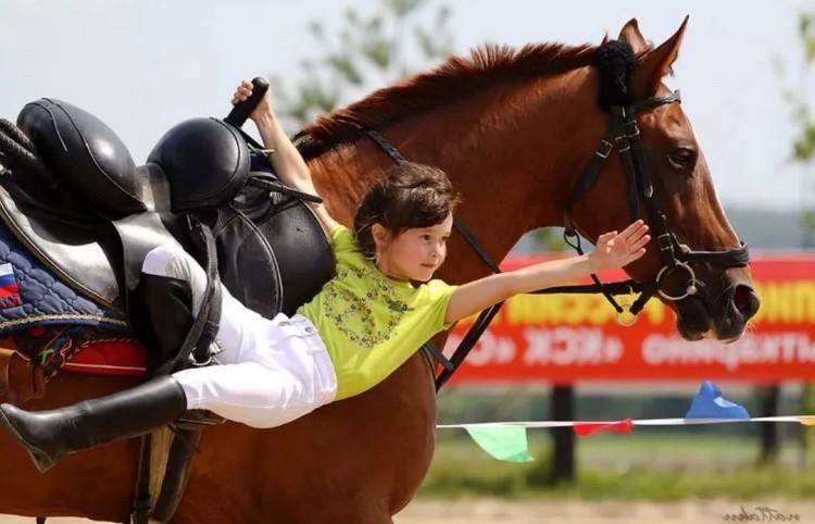 Вольтижеровка на лошади фото