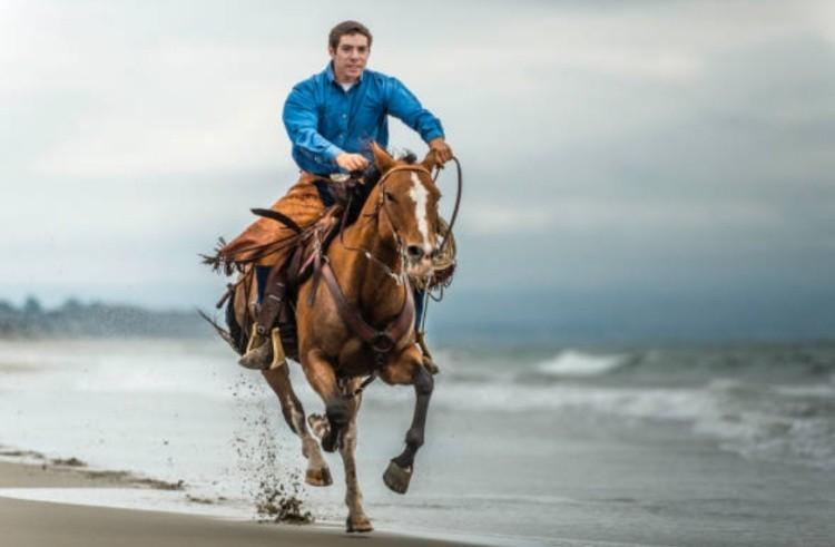 Мужчина верхом на коне