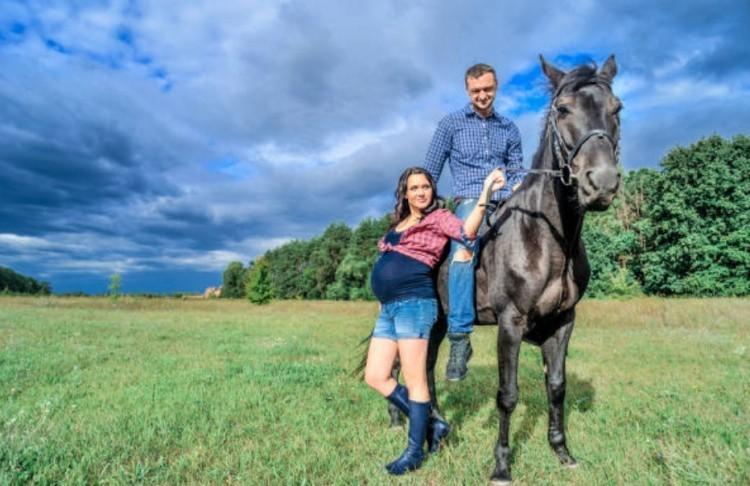 Беременная женщина около лошади