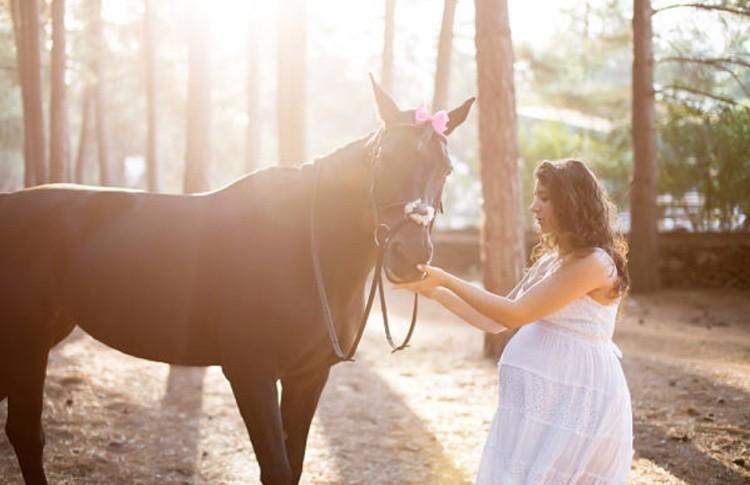 Беременная женщина на лошадях
