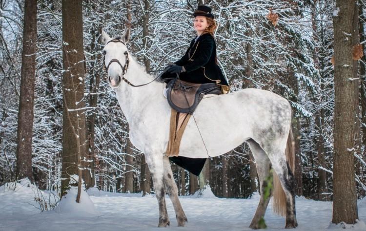Современная дамская езда на лошади
